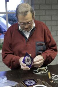 Cursist aan het werk tijdens een van de cursussen glasbewerking bij Glasatelier de Spin in Oisterwijk