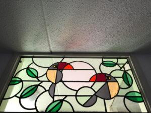 Glas in lood bovenlicht met toekans gemaakt door ton donders